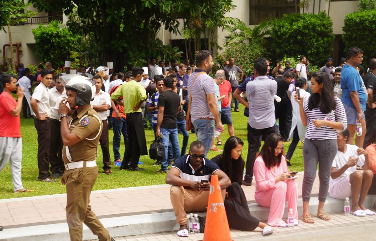 Người dân sơ tán ra bên ngoài khách sạn, nơi xảy ra vụ nổ ở thủ đô Colombo, Sri Lanka, ngày 21/4/2019. (Ảnh: THX/ TTXVN)
