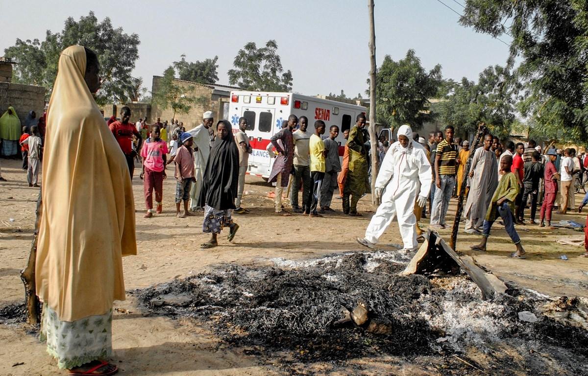 Hiện trường một vụ tấn công ở Maiduguri, Nigeria ngày 15/3/2017. (Ảnh: AFP/TTXVN)
