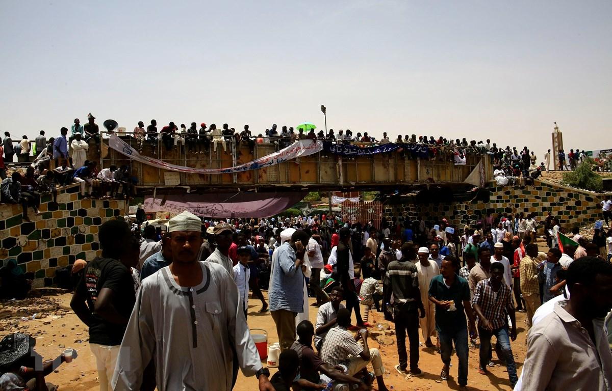 Người biểu tình tập trung bên ngoài tổng hành dinh quân đội ở thủ đô Khartoum, Sudan, phản đối Hội đồng quân sự chuyển tiếp điều hành đất nước, ngày 12/4/2019. (Ảnh: THX/TTXVN)