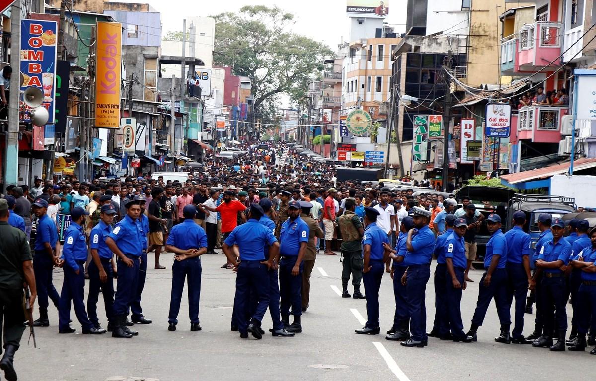 Lực lượng an ninh Sri Lanka phong tỏa bên ngoài hiện trường một vụ nổ nhà thờ Thánh Anthony ở thủ đô Colombo ngày 21/4/2019. (Ảnh: THX/TTXVN)