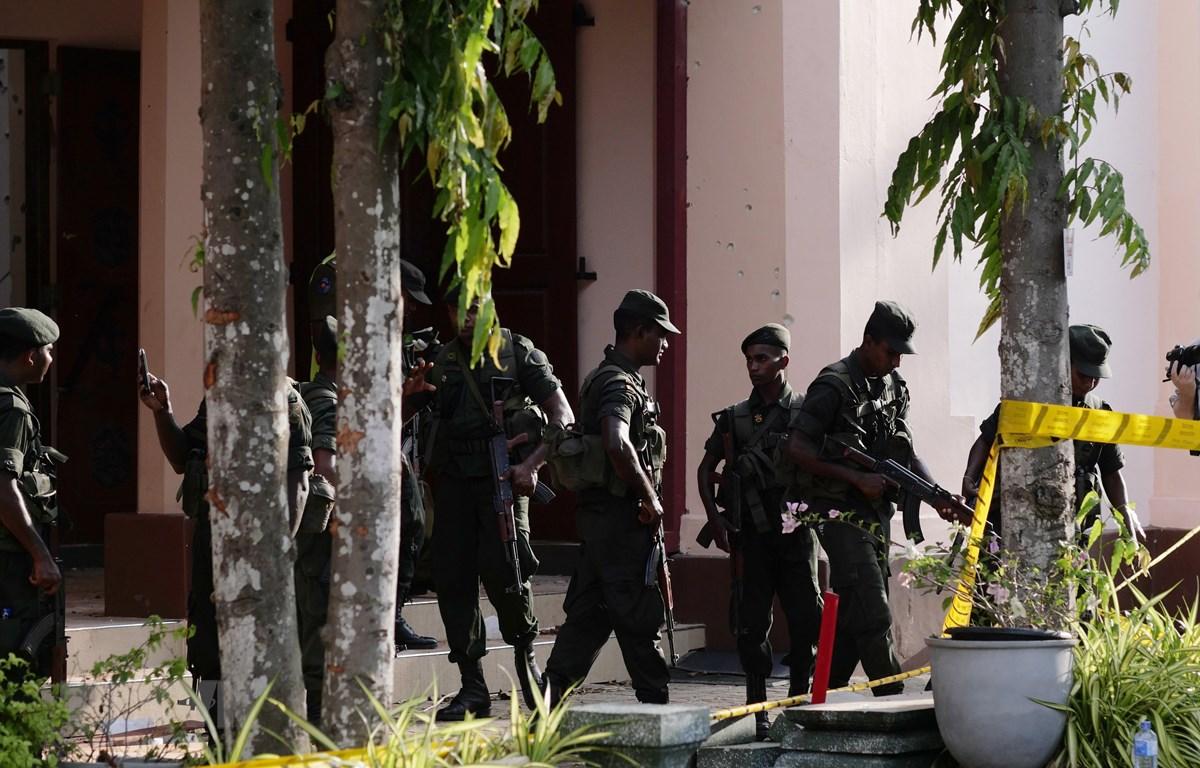 Binh sỹ và cảnh sát phong tỏa hiện trường vụ nổ tại nhà thờ ở Negombo, phía bắc Colombo, Sri Lanka, ngày 23/4/2019. (Ảnh: THX/TTXVN)