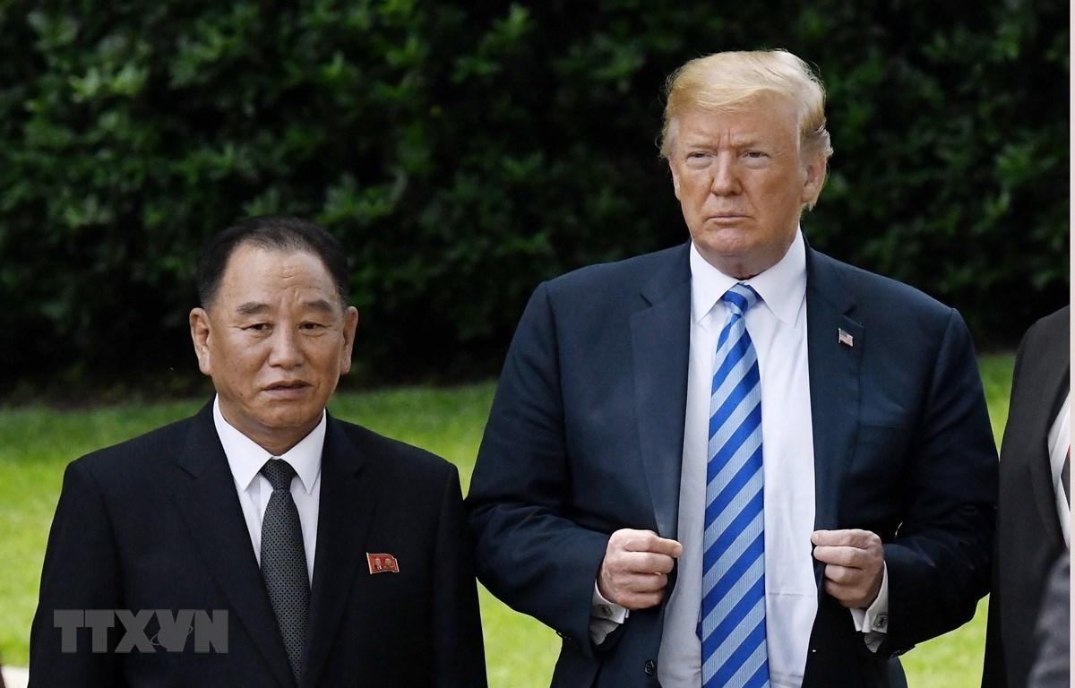 Trưởng đoàn đàm phán của Triều Tiên Kim Yong-chol (trái) hội kiến Tổng thống Mỹ Donald Trump tại Washington DC., ngày 1/6/2018. Ảnh: EPA/TTXVN)