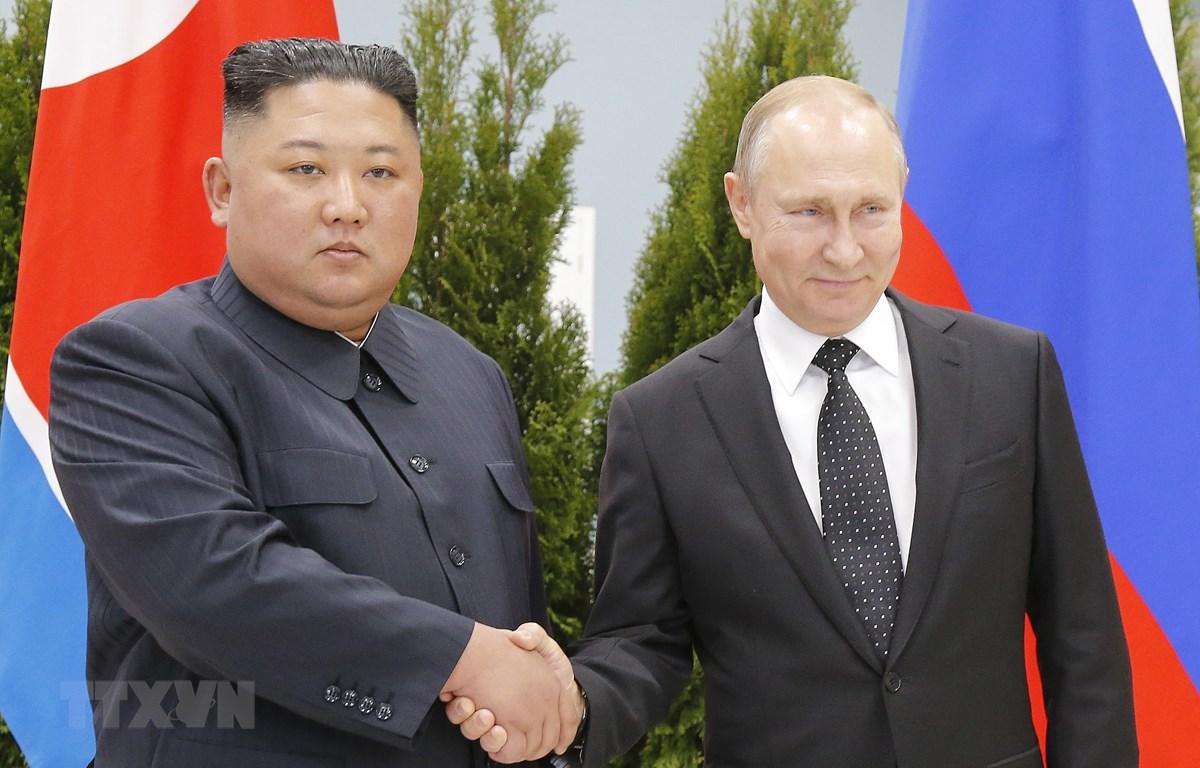 Tổng thống Nga Vladimir Putin (phải) trong cuộc gặp nhà lãnh đạo Triều Tiên Kim Jong-un tại Trường Đại học Liên bang Viễn Đông ngày 25/4/2019. (Ảnh: AFP/TTXVN)