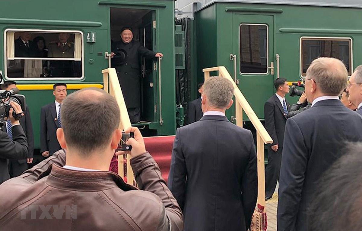 Nhà lãnh đạo Triều Tiên Kim Jong-un rời khỏi tàu hỏa khi đến nhà ga Khasan trong hành trình tới thành phố Vladivostok dự Hội nghị thượng đỉnh với Tổng thống Nga Vladimir Putin, ngày 24/4/2019. (Ảnh: YONHAP/TTXVN)