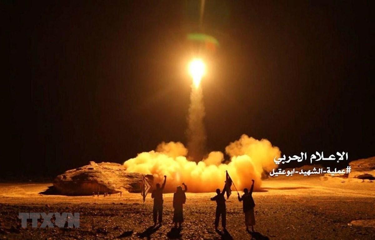 Vụ phóng tên lửa của do phiến quân Houthi tại Yemen tiến hành nhằm vào Saudi Arabia ngày 25/3/2018. (Ảnh: Reuters/TTXVN)