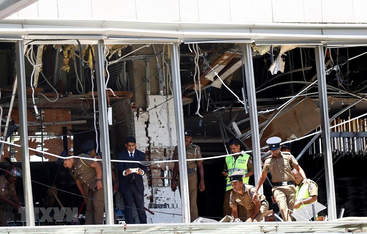 Cảnh sát điều tra tại hiện trường vụ nổ ở khách sạn Shangri-La, Colombo, Sri Lanka, ngày 21/4/2019. (Ảnh: THX/ TTXVN)