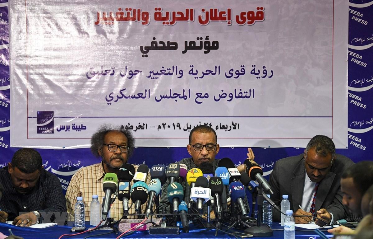Hàng trăm người biểu tình yêu cầu về việc thành lập Chính phủ dân sự tại thủ đô Khartoum, Sudan ngày 23/4/2019. (Ảnh: AFP/TTXVN)