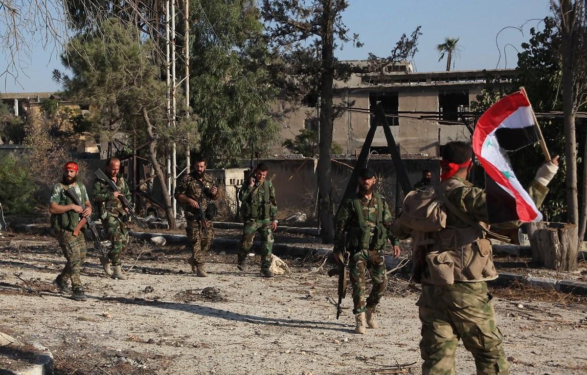 Binh sỹ ủng hộ Chính phủ Syria tuần tra tại Uwaija, Aleppo. (Ảnh: AFP/TTXVN)
