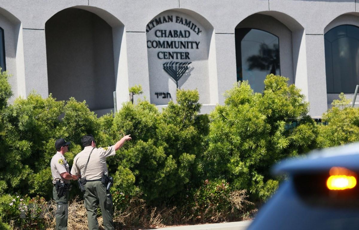 Cảnh sát Mỹ điều tra tại hiện trường vụ xả súng nhằm vào giáo đường Do Thái ở thị trấn Poway, San Diego, bang California ngày 27/4/2019. (Ảnh: AFP/TTXVN)