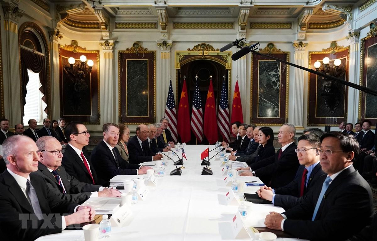Phó Thủ tướng Trung Quốc Lưu Hạc (thứ 4, phải) và Đại diện Thương mại Mỹ Robert Lighthizer (thứ 4, trái) cùng Bộ trưởng Tài chính Steven Mnuchin (thứ 3, trái) tại vòng đàm phán thương mại ở Washington DC., ngày 21/2/2019. (Ảnh: AFP/TTXVN)