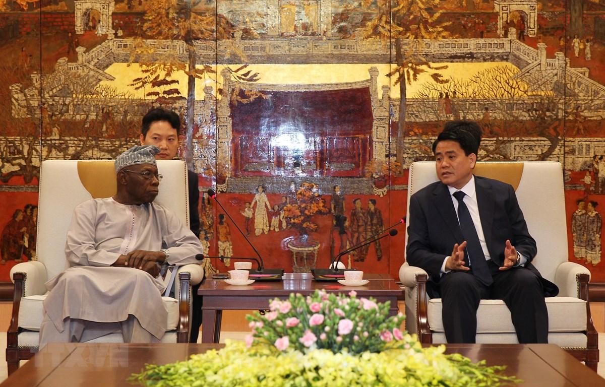 Chủ tịch UBND thành phố Hà Nội Nguyễn Đức Chung với ông Olusegun Obasanjo, cựu Tổng thống Nigeria, chuyên gia nghiên cứu cao cấp châu Phi. (Ảnh: Lâm Khánh/TTXVN)