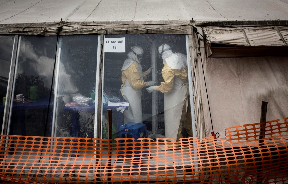 Nhân viên y tế làm việc tại khu vực cách ly của một trung tâm điều trị bệnh Ebola ở Butembo, CHDC Congo ngày 9/3/2019. (Ảnh: AFP/TTXVN)