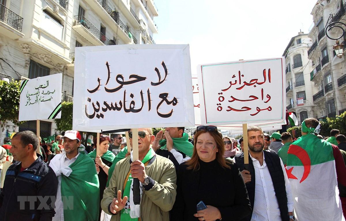 Biểu tình chống chính phủ tại thủ đô Algiers, Algeria, ngày 26/4. (Ảnh: AFP/TTXVN)