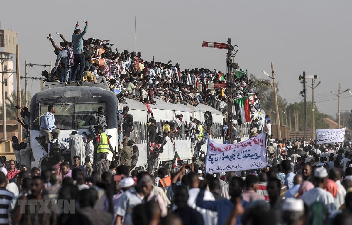 Hàng nghìn người biểu tình yêu cầu chuyển giao quyền lực cho chính quyền dân sự tại thủ đô Khartoum, Sudan ngày 23/4/2019. (Ảnh: AFP/TTXVN)