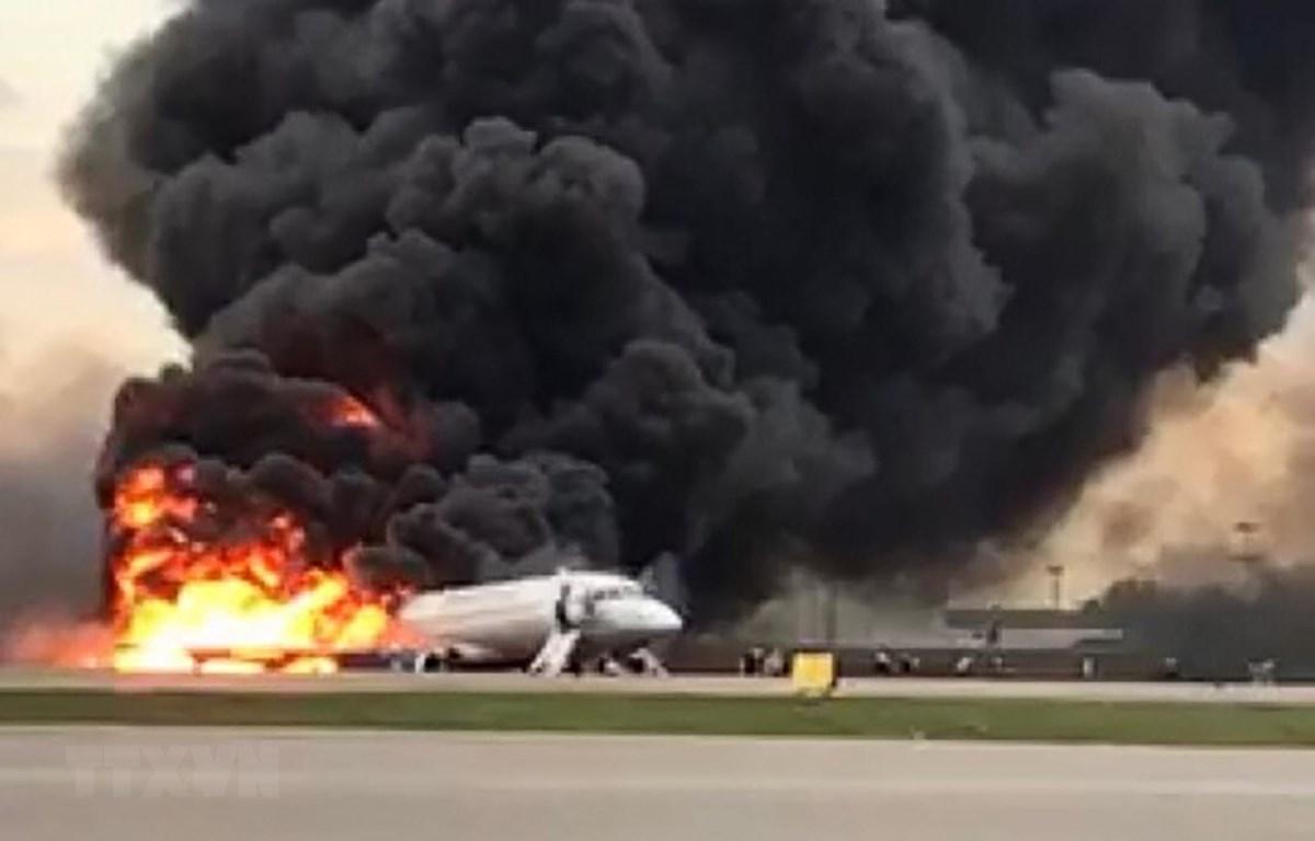 Máy bay chở khách bốc cháy dữ dội tại sân bay Sheremetyevo ở Khimki, Nga ngày 5/5/2019. (Ảnh: AFP/TTXVN)