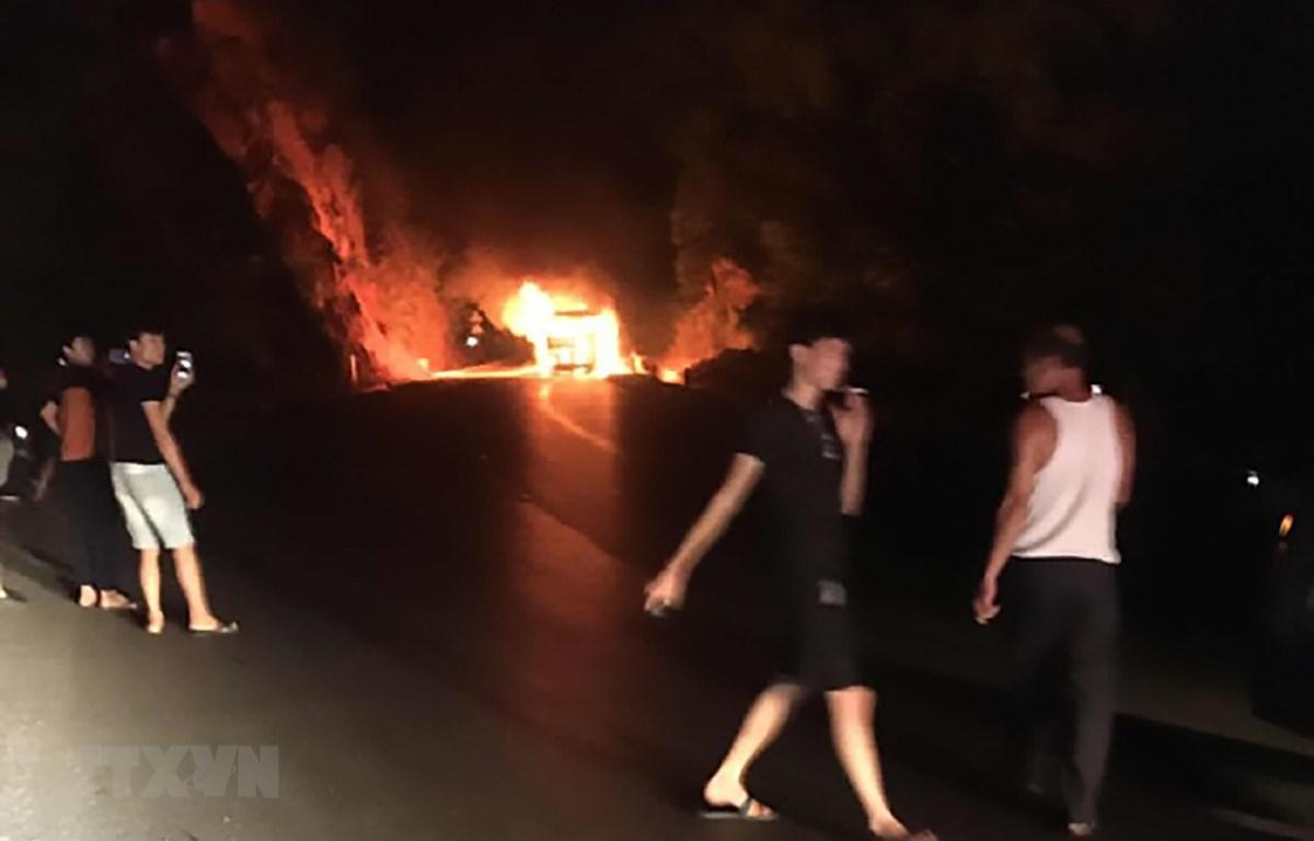 Hiện trường vụ cháy xe khách giường nằm tại Sơn La. (Ảnh: TTXVN)