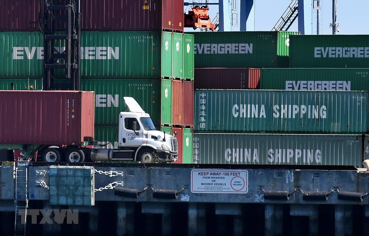 Bốc dỡ contenơ hàng hóa của Trung Quốc và một số quốc gia khác ở cảng Long Beach, Los Angeles (Mỹ) tháng 2/2019. (Ảnh: AFP/TTXVN)