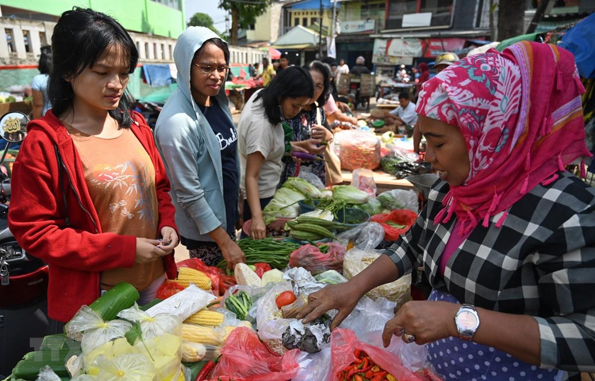 Người dân mua thực phẩm tại chợ ở Jakarta, Indonesia. (Ảnh: AFP/ TTXVN)