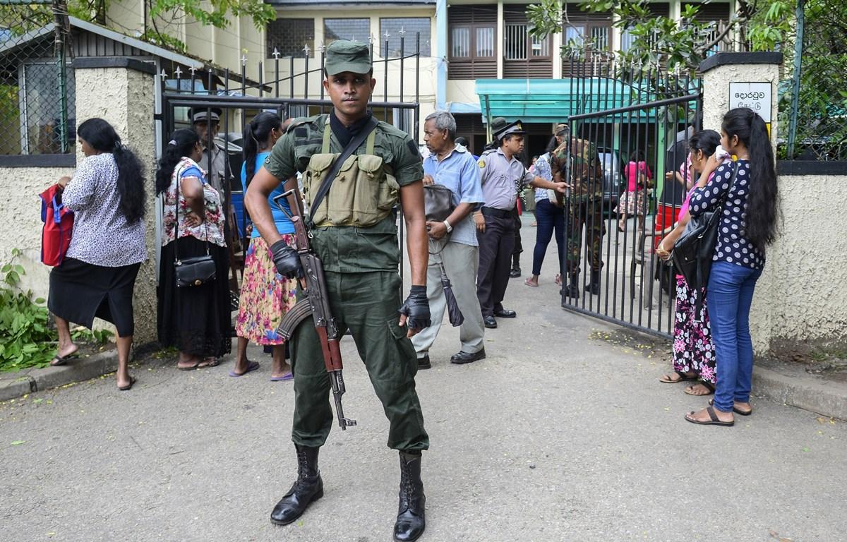 Nhân viên an ninh tăng cường tuần tra tại thủ đô Colombo, Sri Lanka. (Ảnh: AFP/TTXVN)