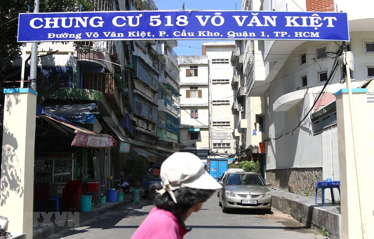 Chung cư 518 Võ Văn Kiệt bị nghiêng lún, mất an toàn cho cư dân. (Ảnh: Trần Xuân Tình/TTXVN)
