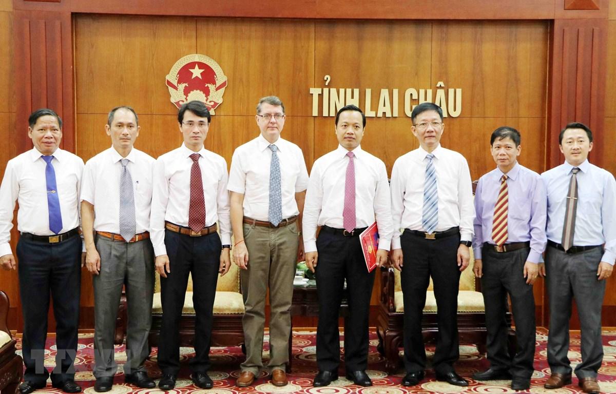 Đại sứ Thomas Schuller Gotzburg chụp ảnh lưu niệm cùng lãnh đạo tỉnh Lai Châu. (Ảnh: Công Tuyên/TTXVN)