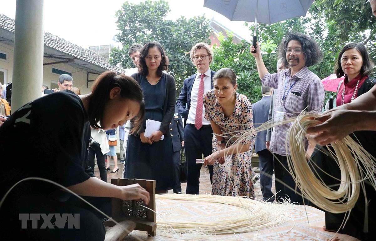Công chúa kế vị Thụy Điển Victoria Ingrid Alice Desiree thăm làng nghề truyền thống mây tre đan Phú Vinh, Hà Nội. (Ảnh: Văn Điệp/TTXVN)