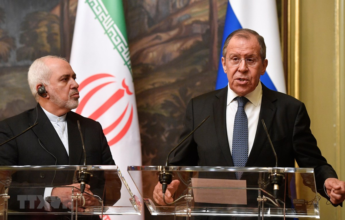 Ngoại trưởng Nga Sergei Lavrov (phải) và Ngoại trưởng Iran Mohammad Java Zarif (trái) tại cuộc họp báo chung ở Moskva, Nga, ngày 8/5. (Ảnh: AFP/TTXVN)