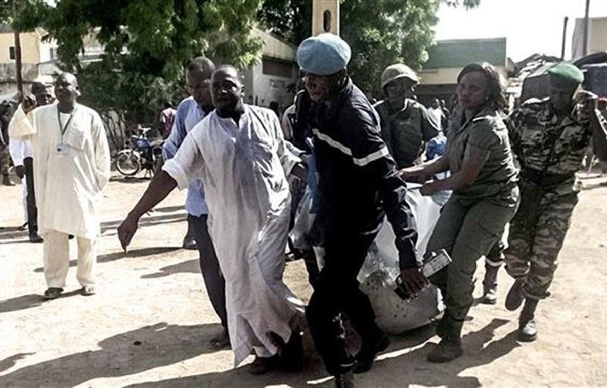 Lực lượng an ninh Cameroon chuyển một nạn nhân vụ tấn công được cho là do phiến quân Boko Haram tiến hành ở thành phố miền Bắc Maroua. (Ảnh: AFP/TTXVN)