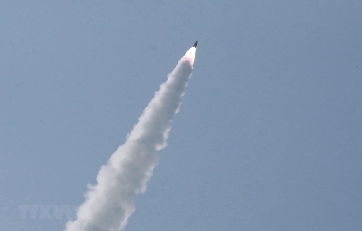 Một loại vũ khí chiến thuật được Triều Tiên thử nghiệm tại một địa điểm không xác định ngày 4/5/2019. (Ảnh: AFP/TTXVN)