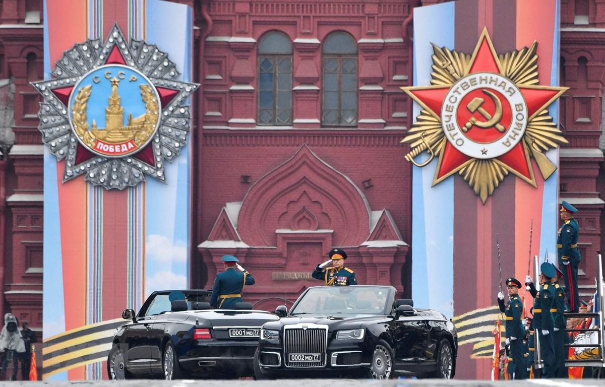Bộ trưởng Quốc phòng Nga Sergei Shoigu và Chỉ huy trưởng các lực lượng bộ binh, Tướng Oleg Saliukov, tại lễ diễu binh kỷ niệm Ngày Chiến thắng ở Quảng trường Đỏ, Moskva, Nga, ngày 9/5/2019. (Ảnh: AFP/ TTXVN)