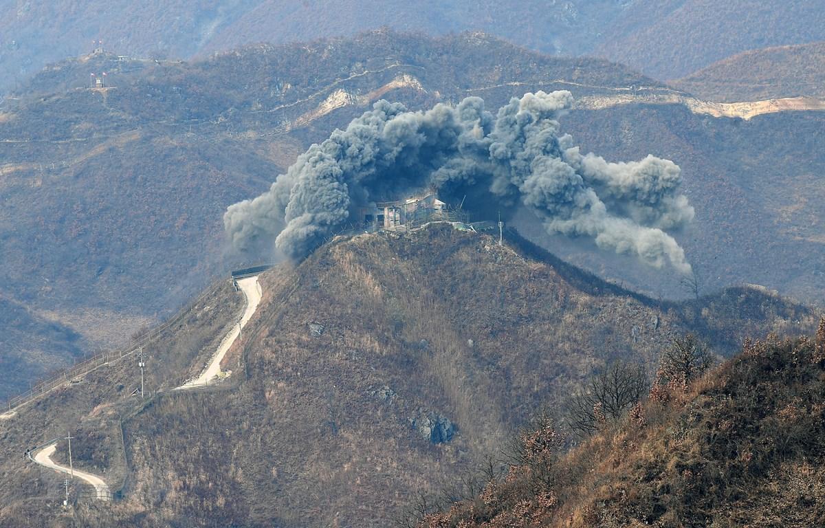 Binh sỹ Hàn Quốc phá hủy trạm gác của nước này tại Khu phi quân sự liên Triều ở tỉnh Gangwon ngày 15/11/2018. (Ảnh: YONHAP/TTXVN)