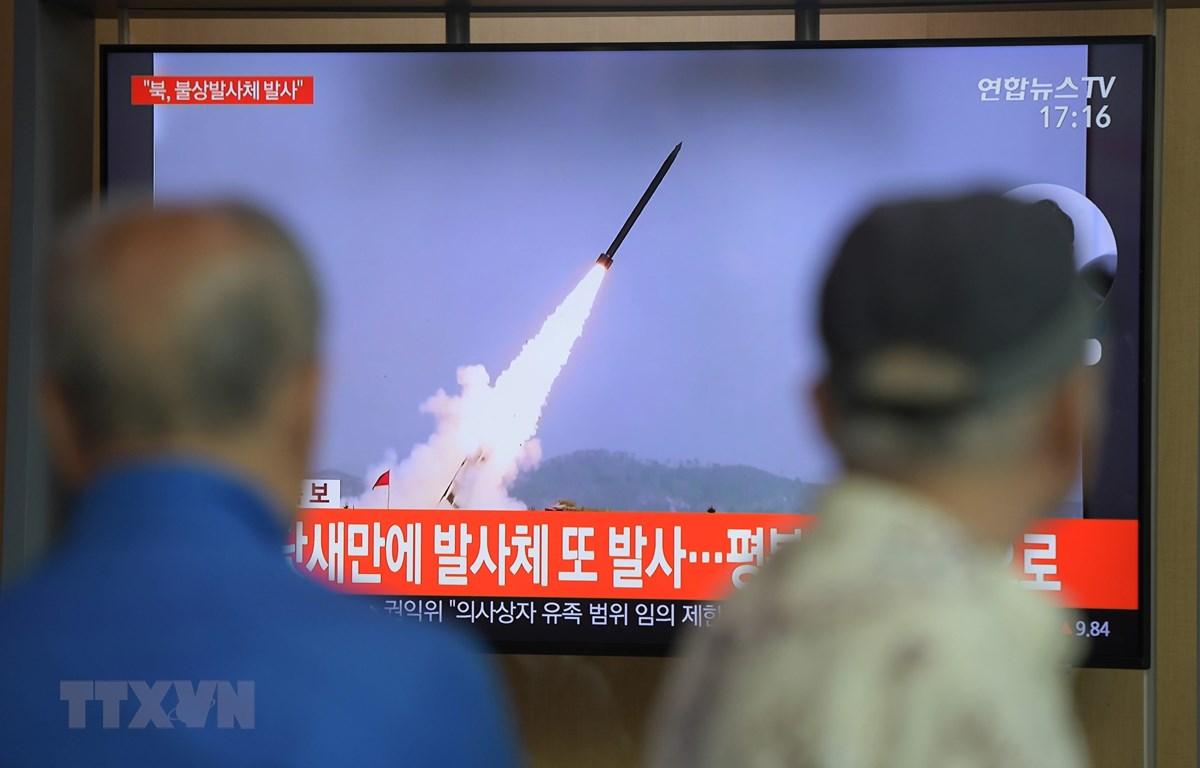 Người dân theo dõi chương trình truyền hình về vụ phóng các vật thể không xác định của Triều Tiên tại nhà ga đường sắt ở Seoul ngày 9/5/2019. (Ảnh: AFP/TTXVN)