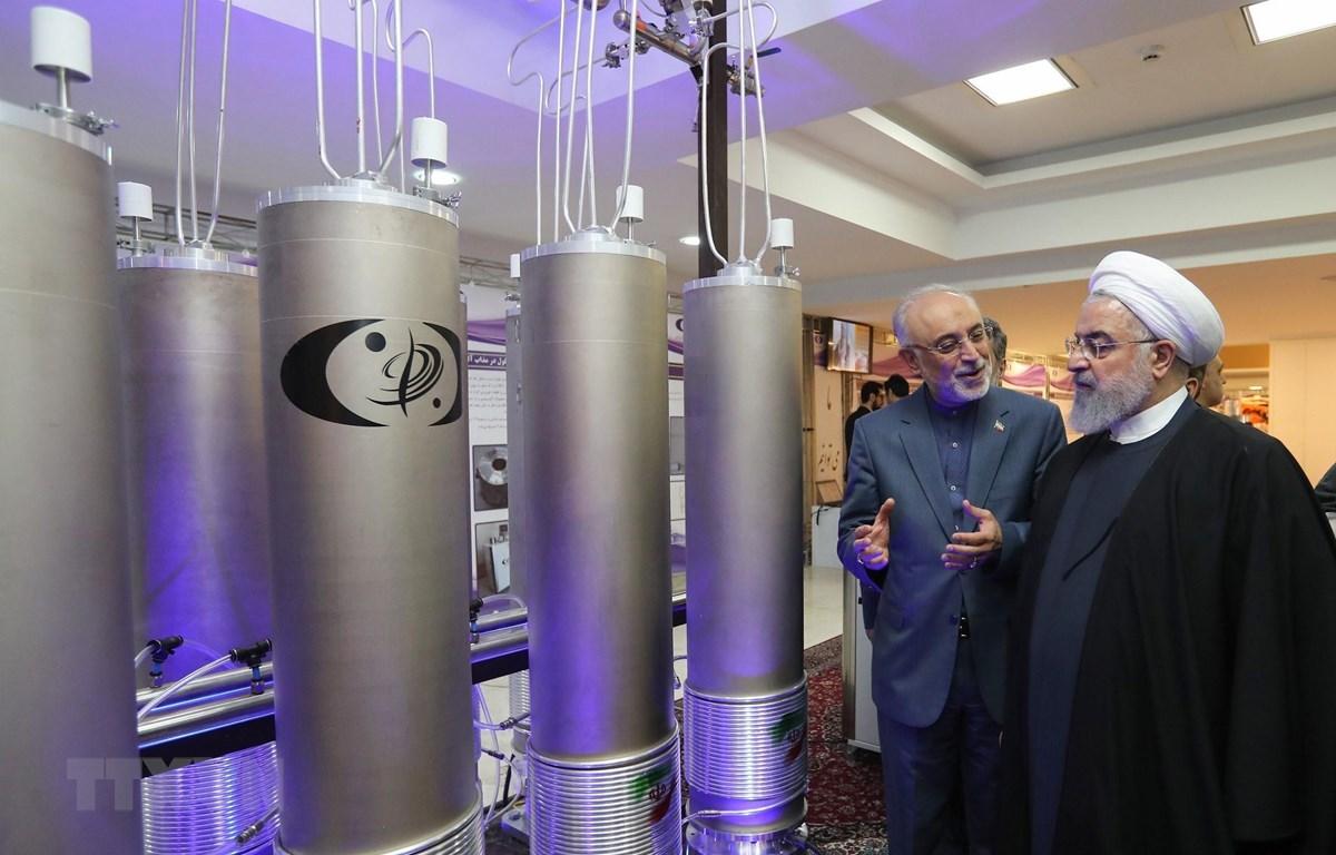 """Tổng thống Iran Hassan Rouhani (thứ 2, trái) tham quan triển lãm nhân """"Ngày công nghệ hạt nhân"""" ở thủ đô Tehran ngày 9/4/2019. (Ảnh: AFP/TTXVN)"""