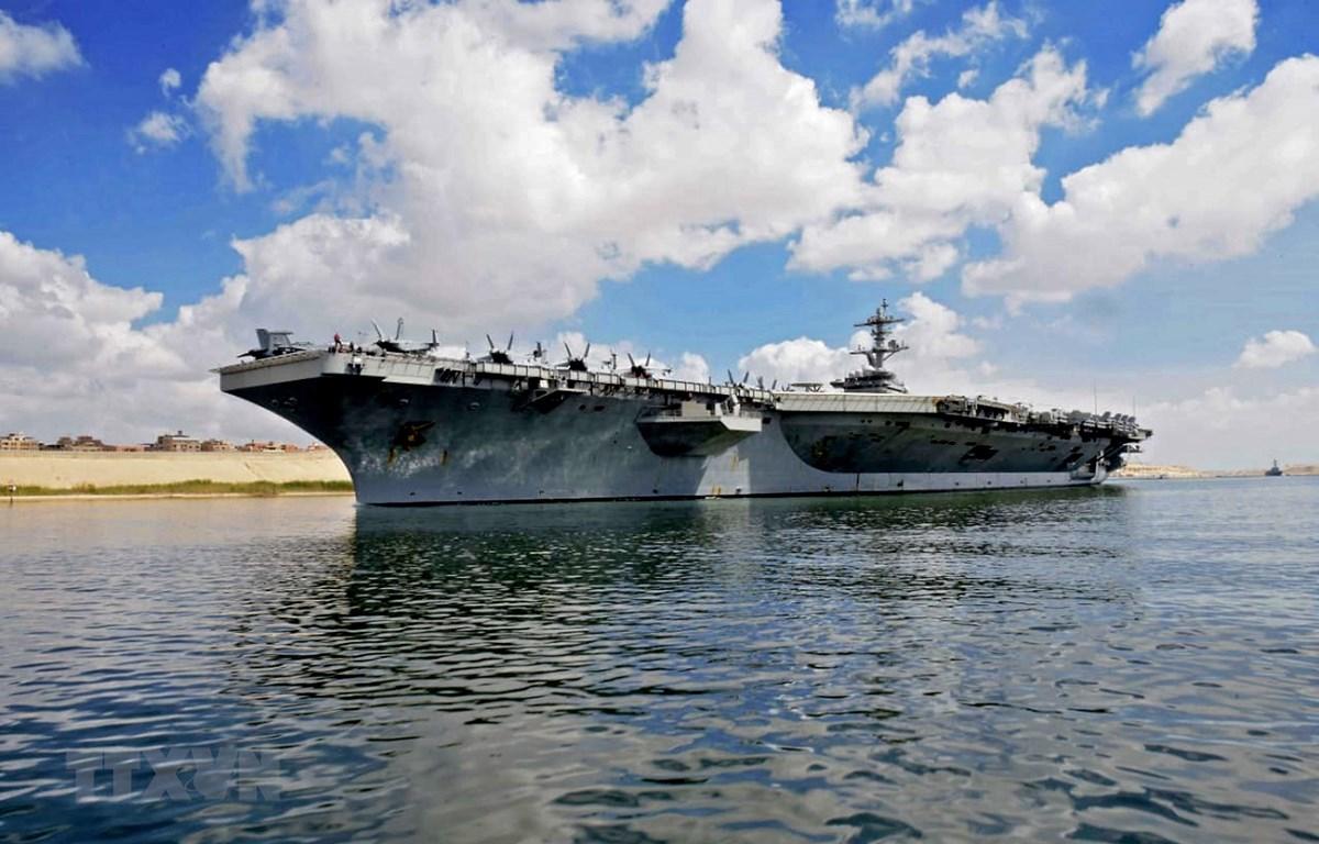 Tàu sân bay USS Abraham Lincoln di chuyển qua kênh đào Suez, gần thành phố Ismailia, phía Đông Cairo của Ai Cập ngày 9/5/2019. (Ảnh: AFP/TTXVN)