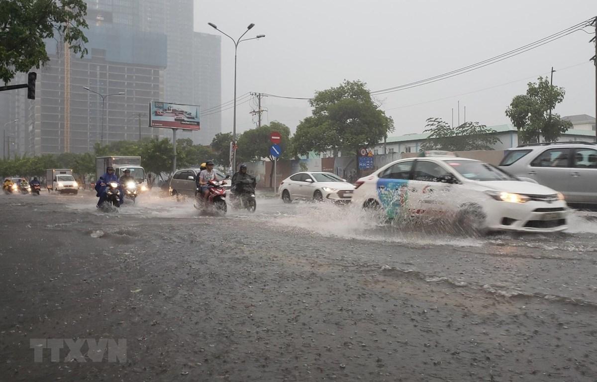 Các phương tiện lưu thông trong nước ngập trên đường Nguyễn Hữu Cảnh, quận Bình Thạnh. (Ảnh: Xuân Dự/TTXVN)