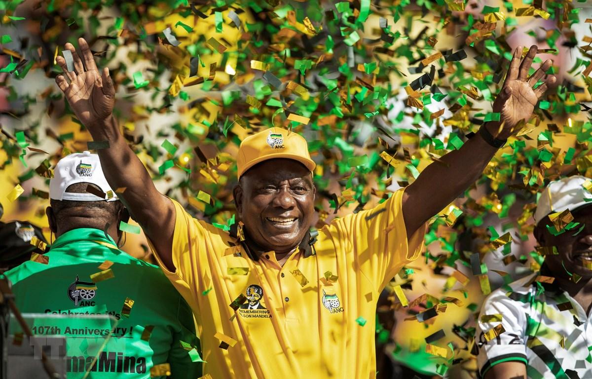Tổng thống Nam Phi đồng thời là Chủ tịch đảng ANC Cyril Ramaphosa vẫy chào những người ủng hộ tại Johannesburg, Nam Phi ngày 5/5. (Ảnh: AFP/TTXVN)