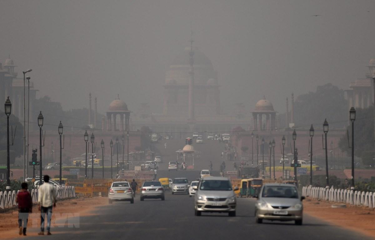 Khói mù ô nhiễm bao phủ bầu trời New Delhi, Ấn Độ ngày 25/10/2018. (Ảnh: AFP/ TTXVN)