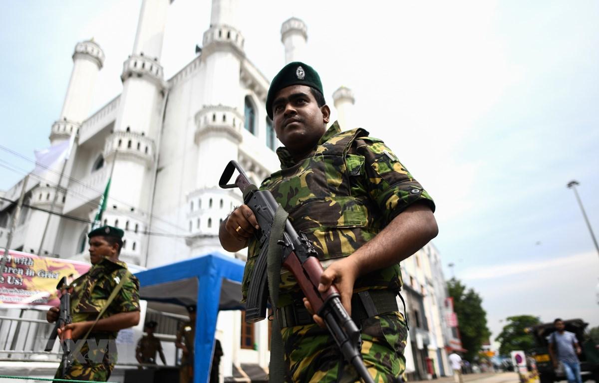 Cảnh sát Sri Lanka gác bên ngoài một nhà thờ Hồi giáo ở Colombo. (Ảnh: AFP/TTXVN)