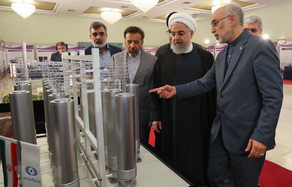 """Tổng thống Iran Hassan Rouhani (thứ 2, phải) thăm quan một triển lãm nhân """"Ngày công nghệ hạt nhân"""" ở thủ đô Tehran ngày 9/4/2019. (Ảnh: AFP/TTXVN)"""