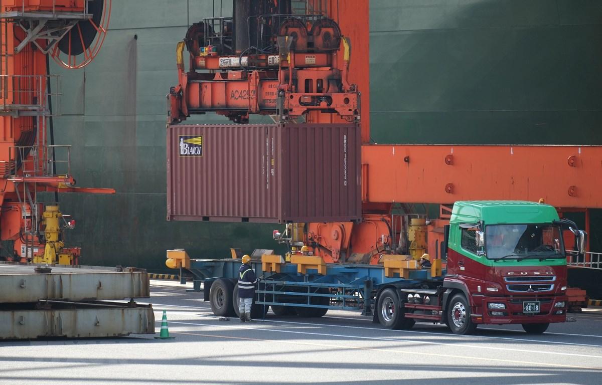 Xếp dỡ hàng hóa tại cảng ở Tokyo, Nhật Bản, ngày 19/2/2018. (Ảnh: AFP/ TTXVN)