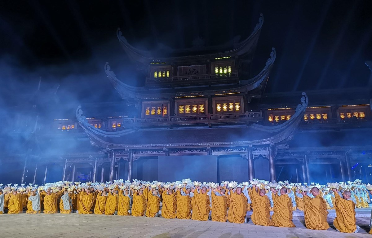 Chương trình giao lưu biểu diễn nghệ thuật quốc tế chào mừng Đại lễ Vesak Liên hợp quốc 2019 tại sân khấu quảng trường Tam quan chùa Tam Chúc. (Ảnh: Thành Đạt/TTXVN)