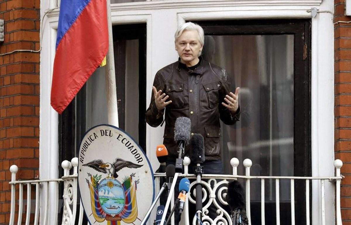 Nhà sáng lập WikiLeaks Julian Assange tại Đại sứ quán Ecuador ở London (Anh) tháng 5/2017. (Ảnh: AFP/TTXVN)