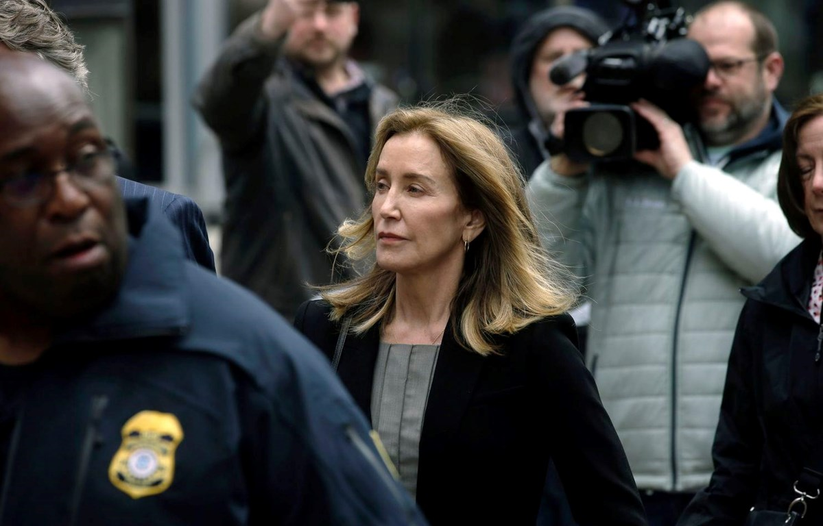 Nữ diễn viên Felicity Huffman đến tòa án liên bang tại Boston hôm thứ Hai, ngày 13/5/2019. (Nguồn: AP)