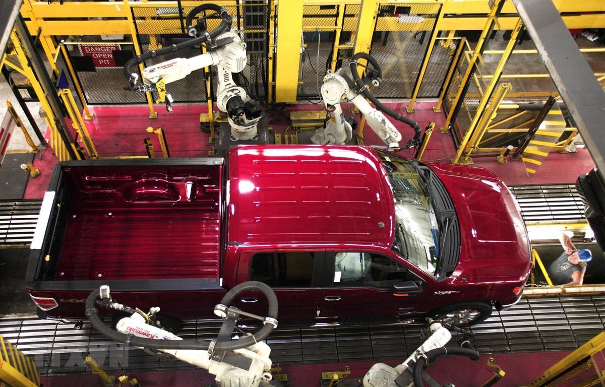 Xe tải Ford F150 tại khâu kiểm định chất lượng sản phẩm trong dây chuyền sản xuất của Hãng Ford ở nhà máy tại Dearborn, Michigan, Mỹ tháng 9/2013. (Ảnh: AFP/TTXVN)