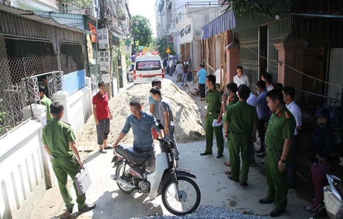 Lực lượng chức năng có mặt tại hiện trường để tra và làm rõ vụ việc. (Ảnh: Phan Quân/TTXVN)