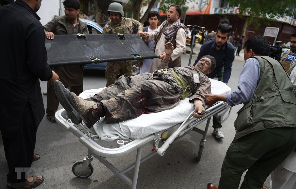 Chuyển nạn nhân bị thương tại hiện trường một vụ tấn công ở Kabul, Afghanistan, ngày 8/5/2019. (Ảnh: AFP/TTXVN)