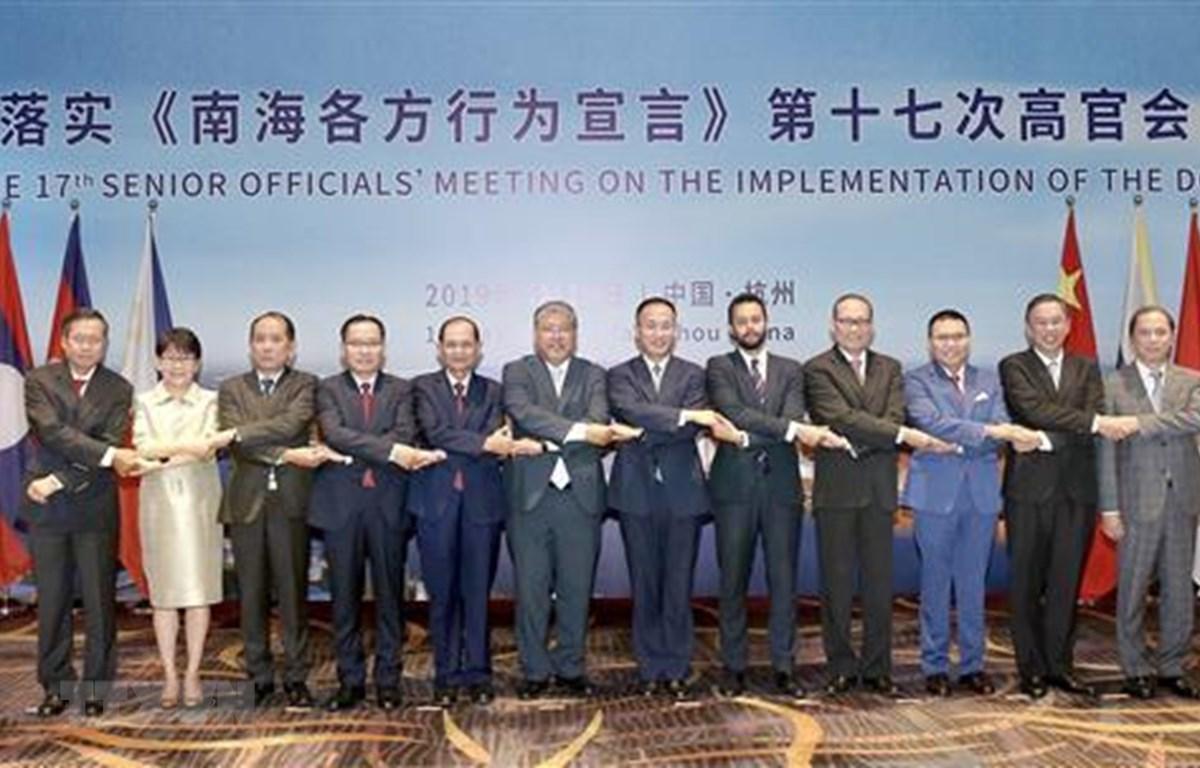 Thứ trưởng Bộ Ngoại giao Nguyễn Quốc Dũng (ngoài cùng bên phải) và các trưởng đoàn chụp ảnh chung. Ảnh: Lương Tuấn/TTXVN)