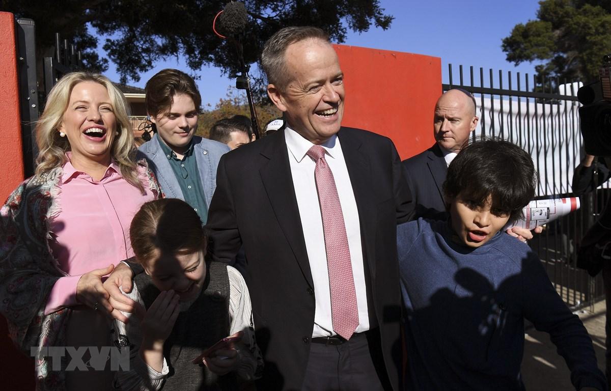 Lãnh đạo Công đảng đối lập ông Bill Shorten (giữa) tại một địa điểm bầu cử ở Melbourne ngày 18/5. (Ảnh: AFP/TTXVN)