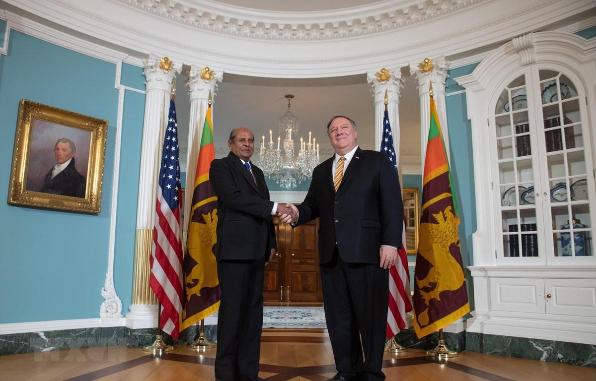 Trong ảnh: Ngoại trưởng Mỹ Mike Pompeo (phải) và người đồng cấp Sri Lankan Tilak Marapana (trái) trước cuộc gặp ở Washington, DC, Mỹ ngày 16/5. (Ảnh: AFP/TTXVN)