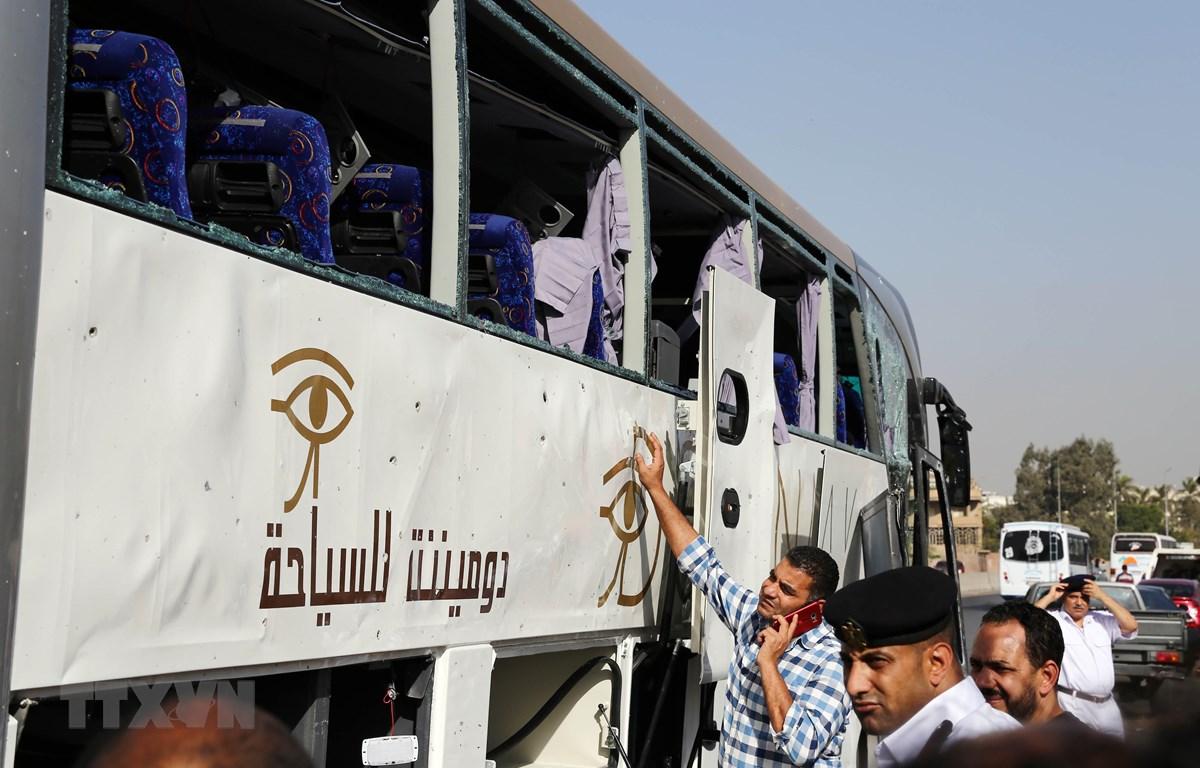 Hiện trường vụ nổ nhằm vào xe buýt chở khách du lịch gần Cairo, Ai Cập ngày 19/5/2019. (Ảnh: THX/TTXVN)